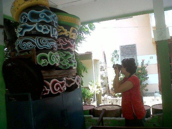 Miss. Sheemeen dari England tertarik dengan mega mendung pada lukisan sampah di RW.08 Merbabu Asih