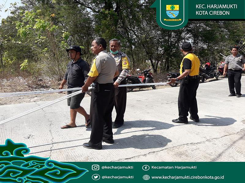Polisi dan Warga bahu membahu memasang pipa