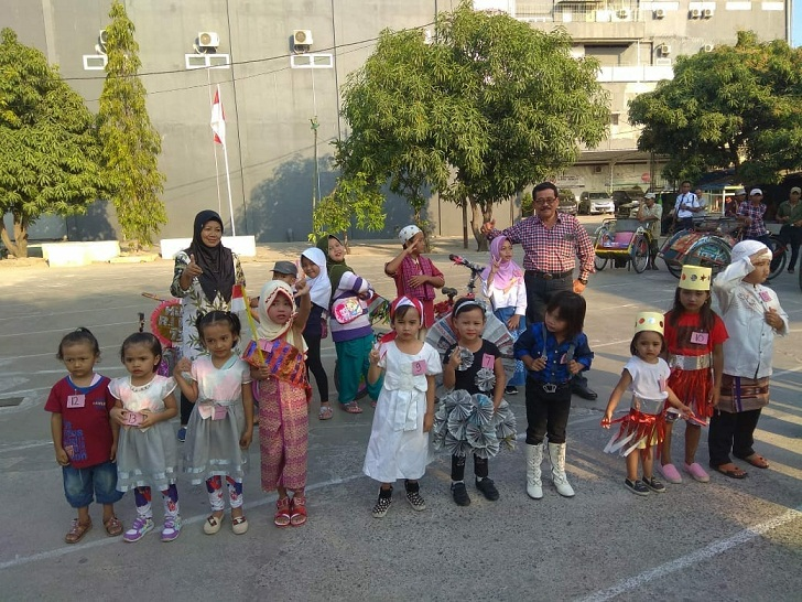 lomba memakai baju tradisional bagi anak-anak