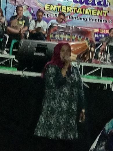 Lurah Kecapi Mimin Mintarsih S.Sos memberikan sambutan dalam acara syukuran kemerdekaan Di RW 15  kel Kecapi