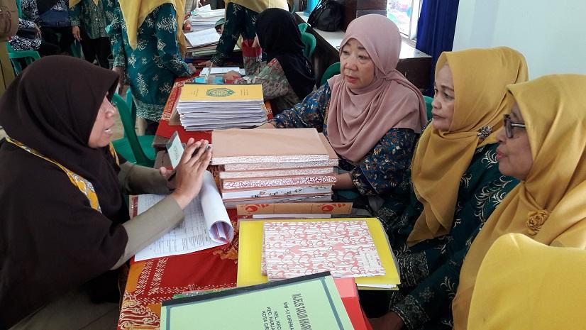 pengurus Pra Koperasi Tunas Harapan sedang wawancara dengan Tim Penilai Aan siti Hasanah