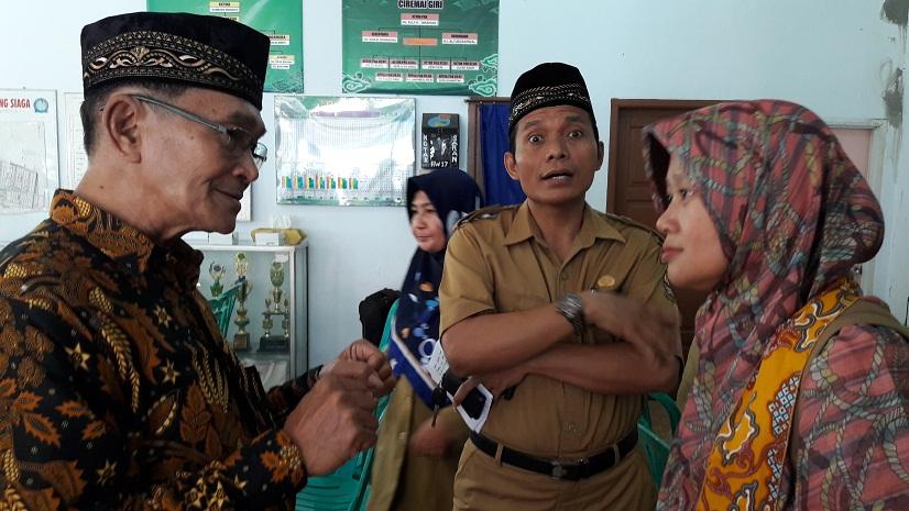 Tim penilai Lomba Kampung Siaga Aktif dari DKK sedang wawancara denagn ketua Kampung siaga Aktif RW 17 Ciremai Giri dan Sekmat Harjamukti