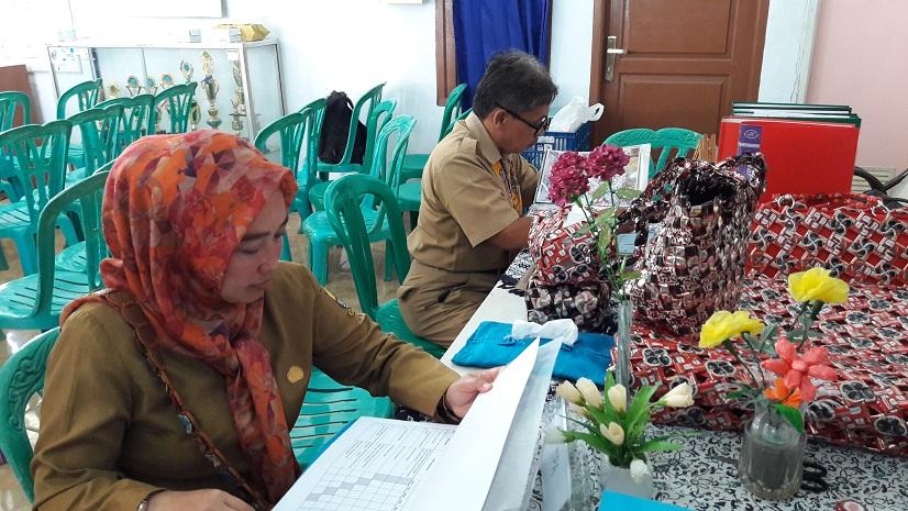 Tim penilai Lomba Kampung Siaga Aktif dari DKK Ela Gandakusumadan Bambang Tri Kuncoro