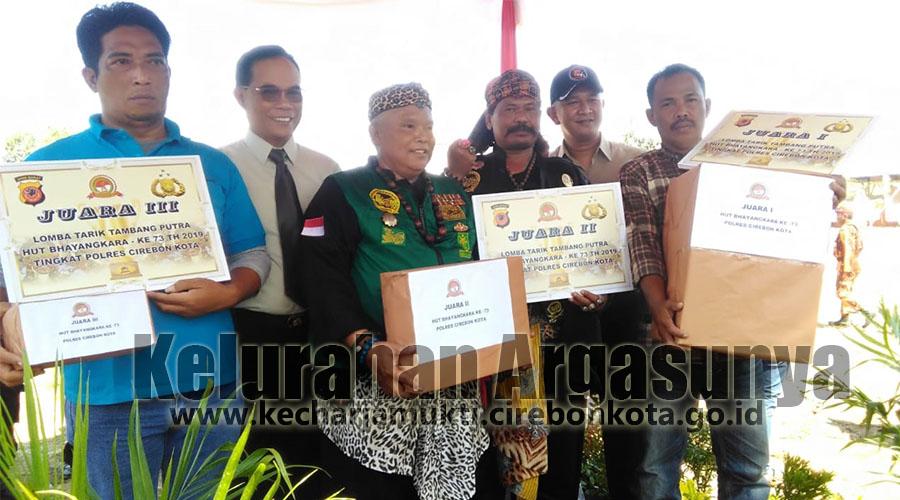 Penyerahan Hadiah Juara Tarik Tambang HUT Bhayangkara ke-73