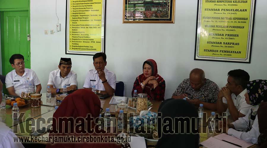 Tim Penilai TP UKS Jawa Barat Melakukan Pembinaan UKS SMPN 7 Kota Cirebon