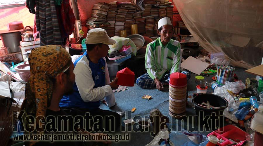 Camat Harjamukti Mengunjungi Pengrajin Peci Sufi di Benda Kerep Kelurahan Argasunya