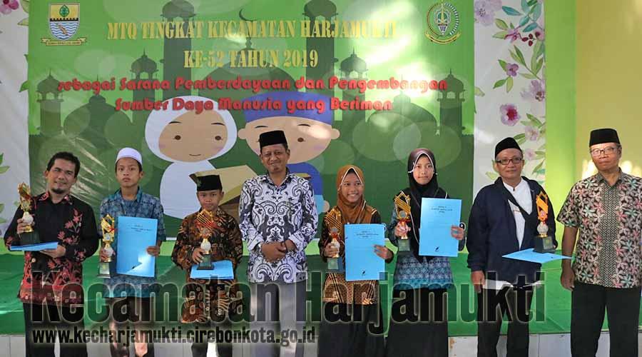Pemberian Hadiah Lomba MTQ oleh Camat Harjamukti