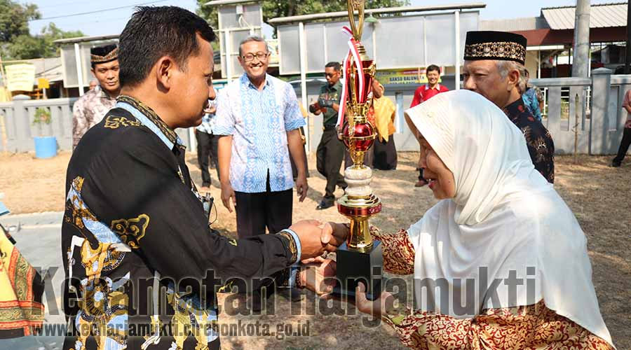 Pernyerahan Hadiah oleh Camat Harjamukti, Drs. Agus Suherman, SH, MH
