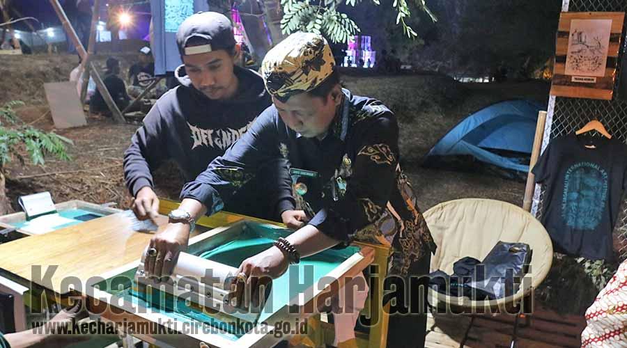 Camat Harjamukti Melakukan penyablonan manual dengan media kaos didampingi oleh Tim JIAF 8