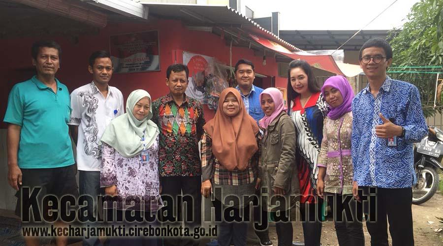 Tim Pendamping PKH Kecamatan Harjamukti dan Camat Harjamukti (Tengah)