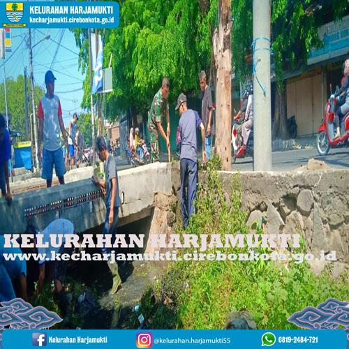RW. 04 Kelurahan Harjamukti, Warga Sungai Silayar Kerja Bakti