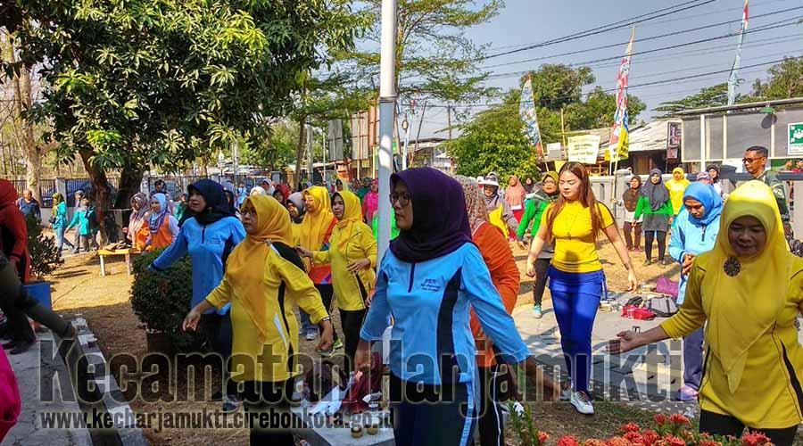 Peserta Senam Bersama dihalaman Kantor Kecamatan Harjamukti