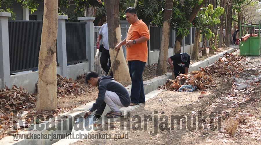 Kecamatan Harjamukti Gelar Bebersih Kantor, Mendukung Program Cirebon Bersih