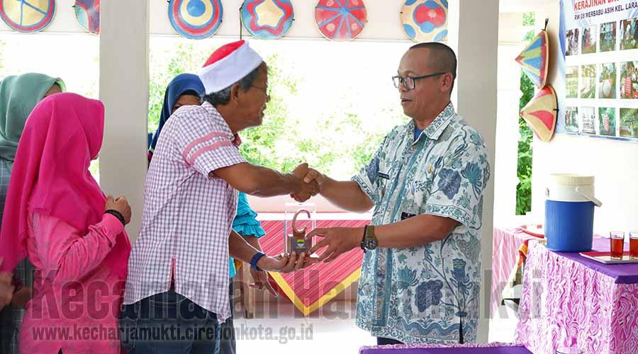 Pemberian Plakat dari Kecamatan Cibiru Kota Bandung