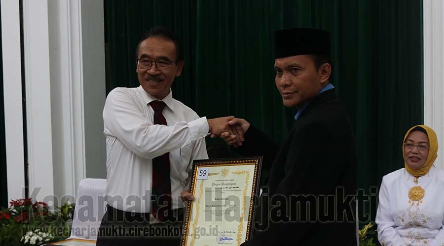 Penyerahan Penghargaan oleh Plh Sekda Jawa Barat.