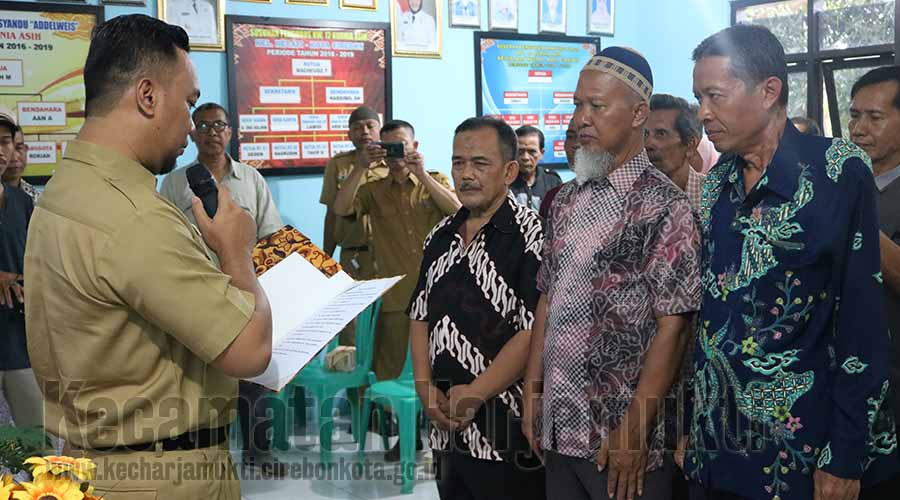 Camat Baru Kecamatan Harjamukti Melantik Pengurus RW. 12 Kurnia Asih Kelurahan Kecapi