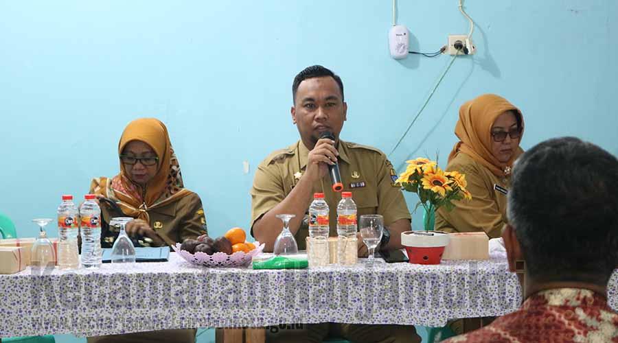 Camat Harjamukti membina pengurus RW baru