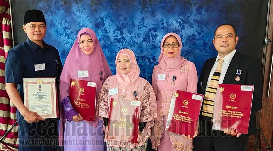 5 ASN Kecamatan Harjamukti Menerima Penghargaan Satyalancana Karya Satya