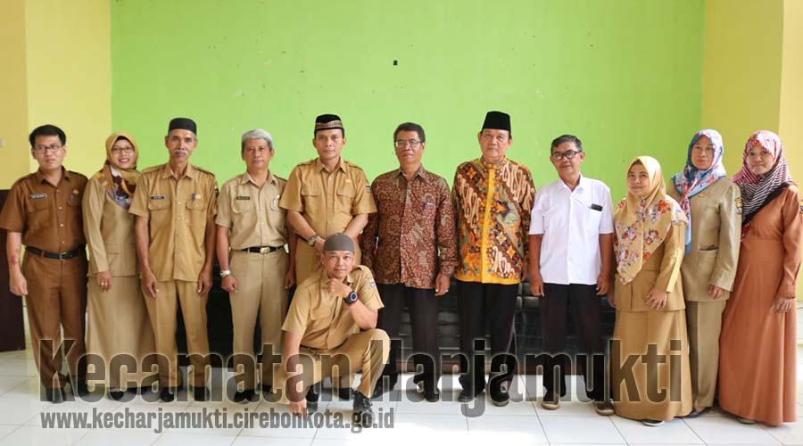 Foto bersama 2 pegawai purnabakti Kecamatan Harjamukti