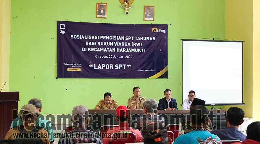 Camat Harjamukti memberikan sambutan Sosialisasi Pengisian SPT Tahunan Bagi RW se-Kecamatan Harjamukti