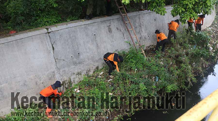 Peserta Kerja bakti bersama masyarakat terjun langsung membersihkan lingkungan Sungai Situs Kramat Kalijaga