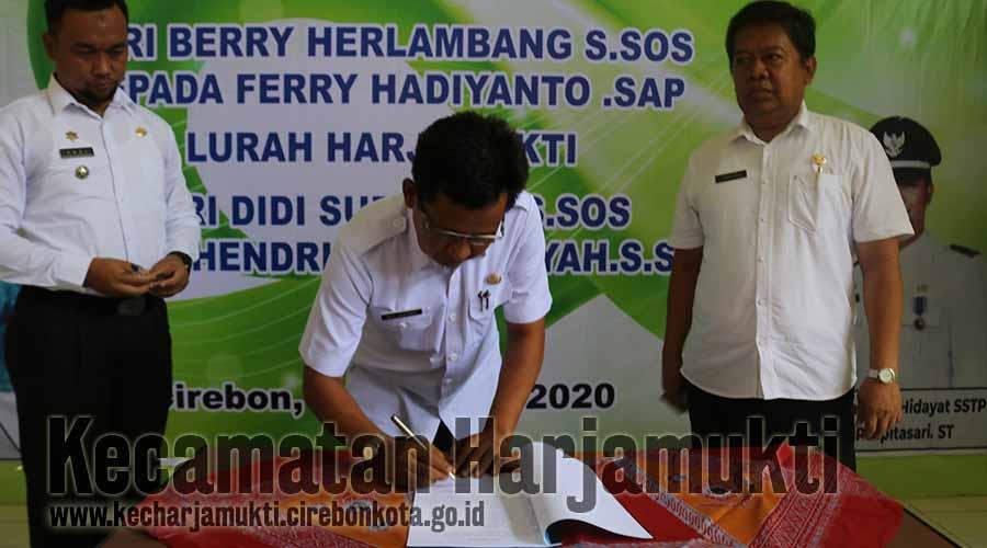 Penandatanganan Memori antara Camat Harjamukti Lama Drs Agus Suherman SH MH