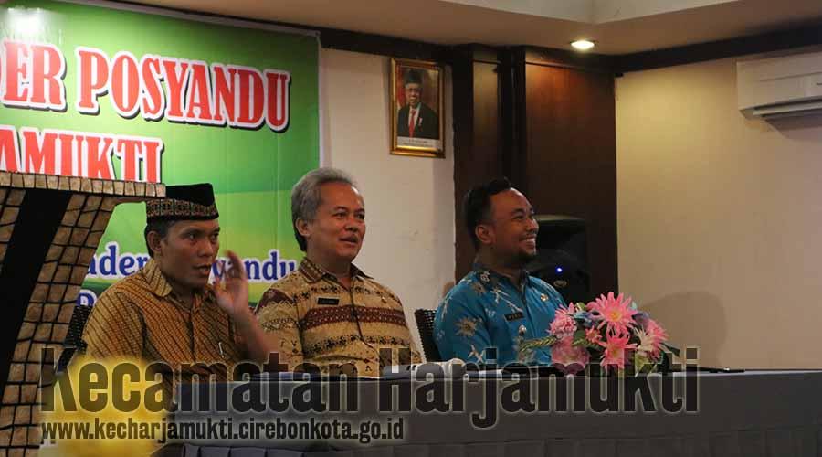 ( dari Kanan) Camat Harjamukti Rd. Yuki Maulana Hidayat, SSTP., Asisten Bidang Pemerintahan dan Kesejahteraan Rakyat Drs. Sutisna, M.Si., Sekretaris Kecamatan Harjamukti Ma'mun, SE.