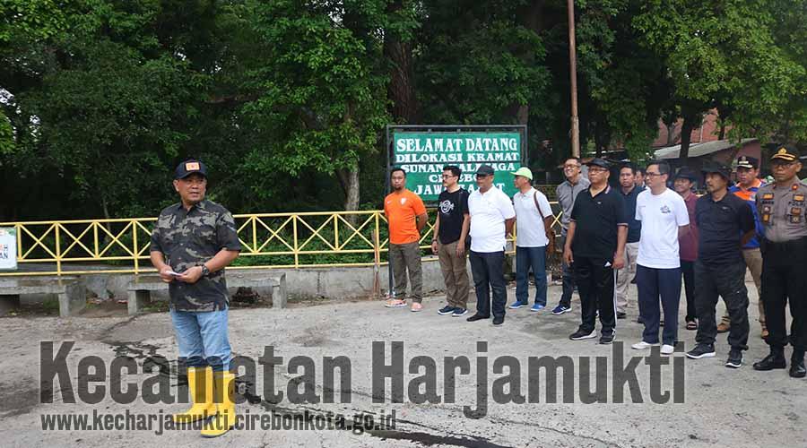 Wali Kota Cirebon, Drs. Nashrudin Azis, SH memberikan arahan dalam kegiatan kerja bakti