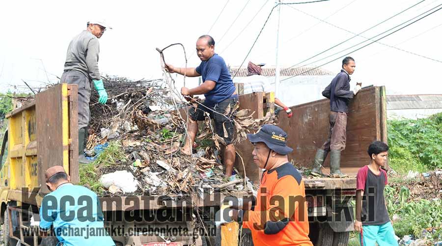 Truk Sampah Dinas Lingkungan Hidup Kota Cirebon turut membantu mobilisasi